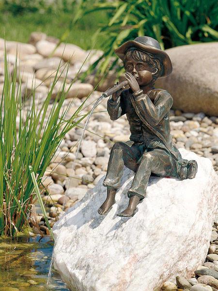 Bronzefigur Toni auf Rosario-Findling (Art.Nr. 88137.1)