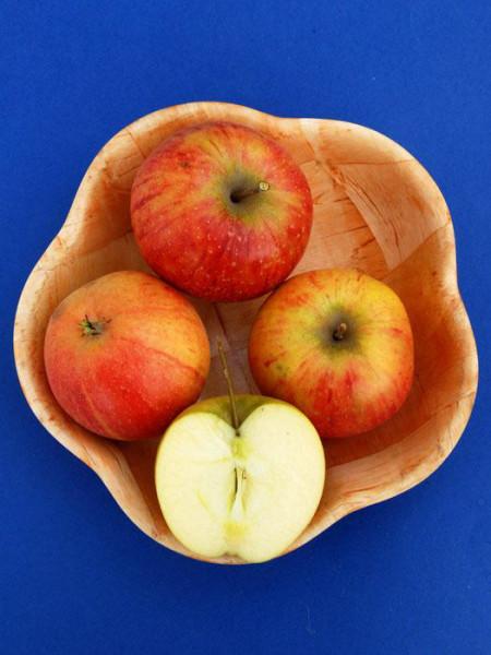 Korb mit Rubinette Äpfeln