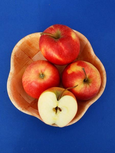Korb mit Pinova Äpfeln