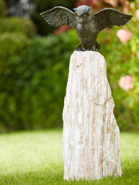 Bronzefigur Uhu, Flügel offen auf Findling(ArtNr.88879.1)