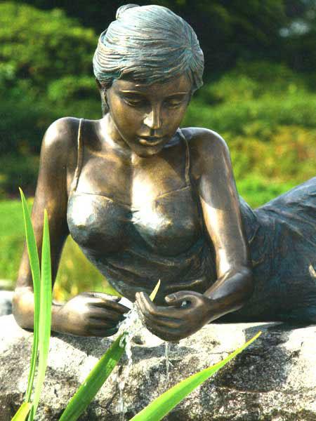 Bronzefigur Klementine klein auf Stein (Art.Nr. 88663)