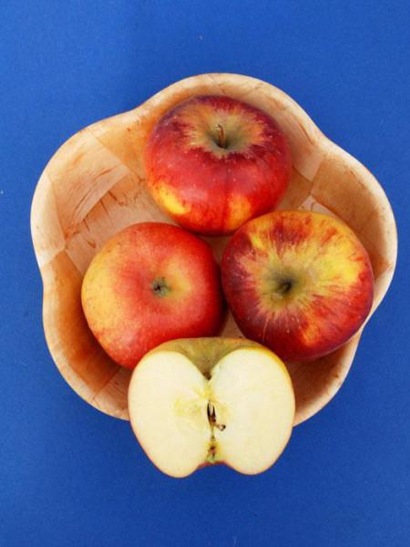 Korb mit Topaz Äpfeln