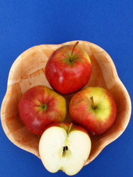 Korb mit Rewena Äpfeln