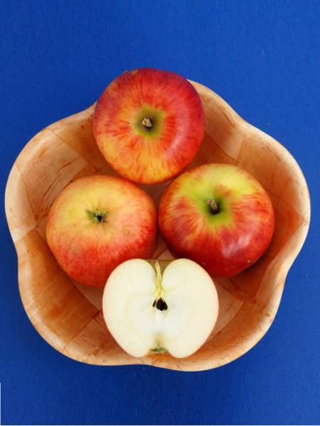 Der Apfel 'Gerlinde' in einer Holzschale