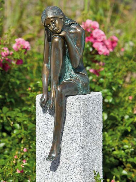 Bronzefigur Emanuelle auf Granitstele (Art.Nr. 88575)